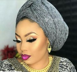 Makeup et attaché de foulard