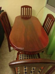 Salle à manger en bois rouge
