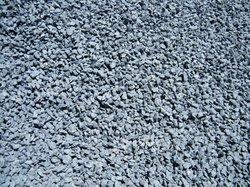 Ciment / gravier concassé / sable / fer / tôles