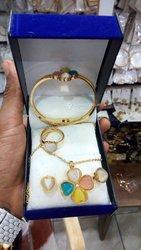 Bracelet / boucles d'oreilles / chaîne