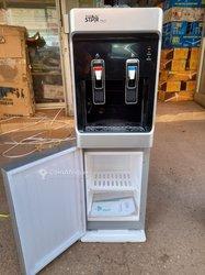 Distributeur d'eau chaude - froide avec mini congélateur