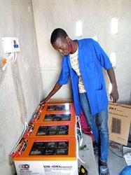Technicien de systèmes photovoltaïques panneau solaire