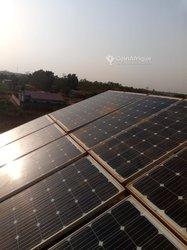 Installation de système solaire photovoltaïque.