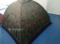 Tente de camping camouflé