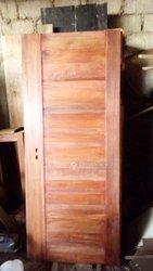 Porte en bois rouge